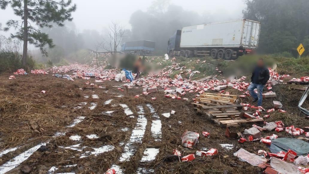 Caminhão carregado de leite tomba na BR-470 em Pouso Redondo