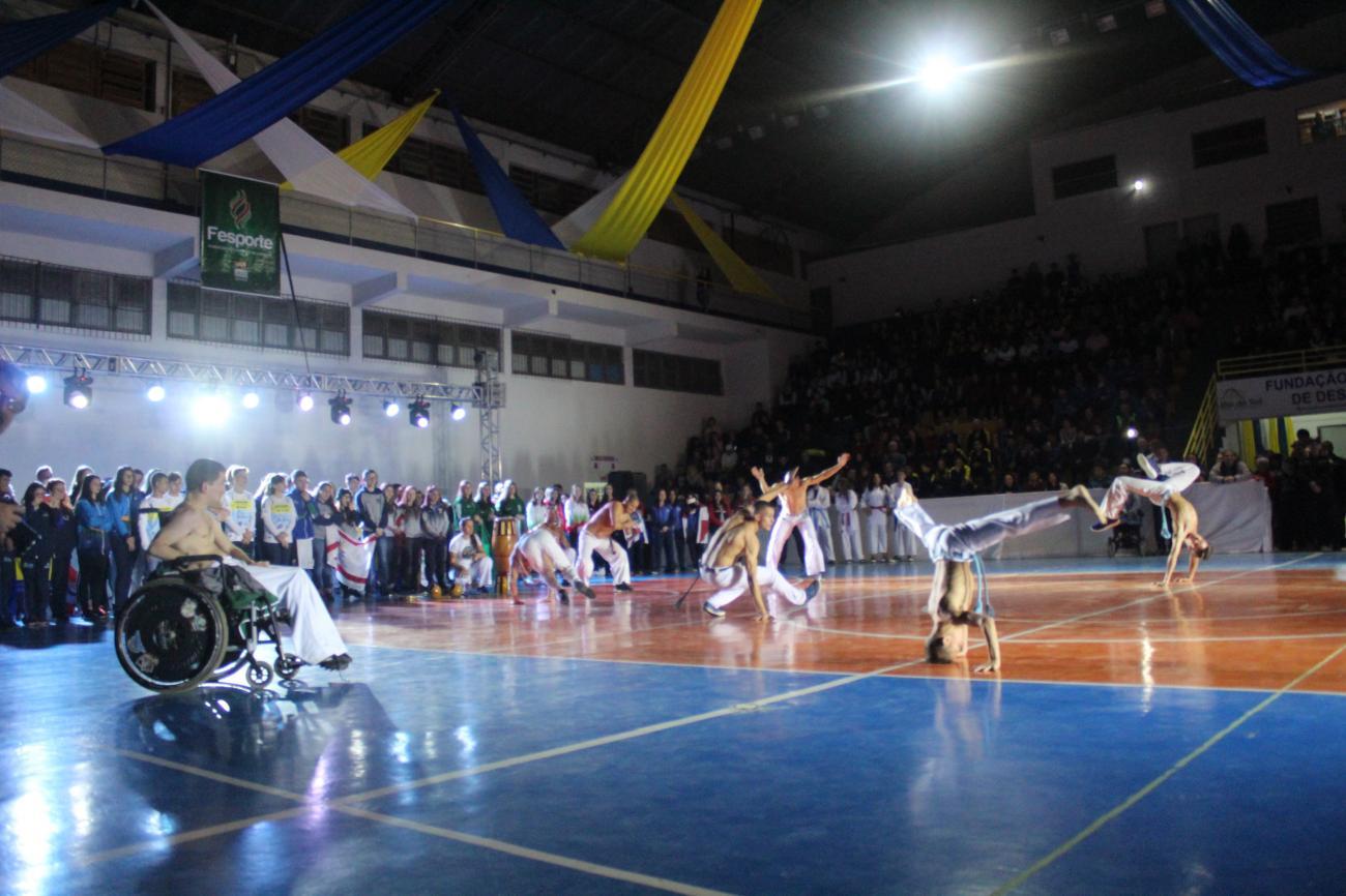 Capoeira, música eletrônica e robô e led marcam abertura dos Joguinhos Abertos de Santa Catarina