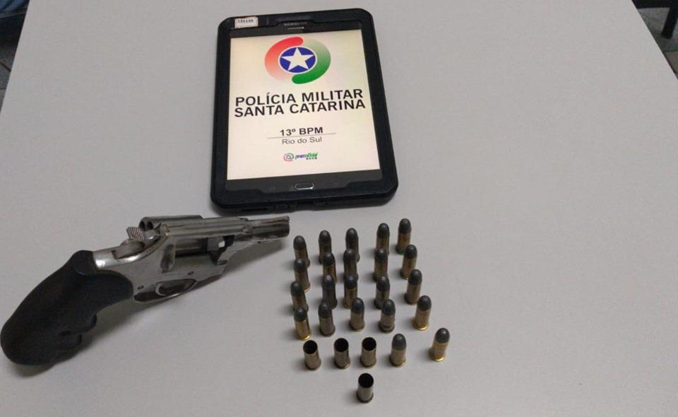 PM prende homem por disparo de arma de fogo, posse irregular de arma de fogo e porte ilegal de munição em Rio do Sul