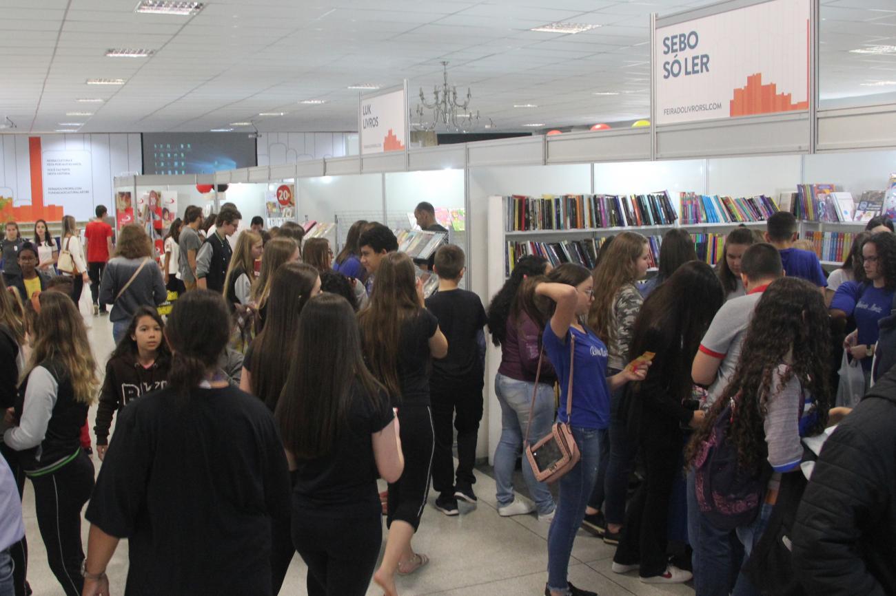 Feira do Livro de Rio do Sul recebe 3 mil visitantes no dia de abertura