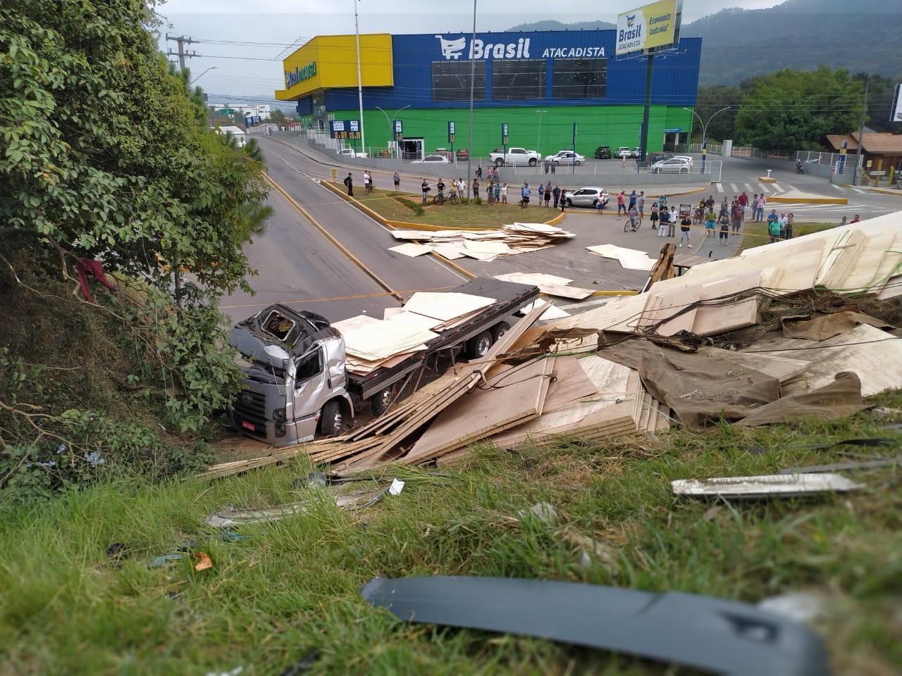 Caminhão despenca da BR-470 no túnel do Canoas e duas pessoas morrem