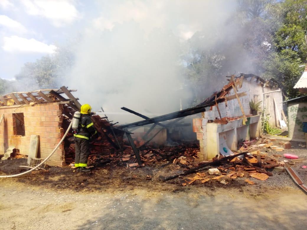 Incêndio destrói rancho em Braço do Trombudo